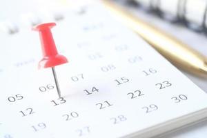 deadline concept met punaise op een kalenderdatum foto