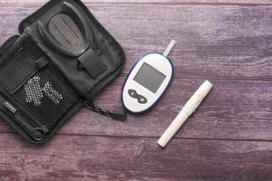 close-up van diabetische meetinstrumenten op houten achtergrond