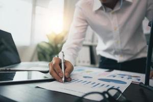 close-up hand van zakenman controle en planning op financiële grafiek
