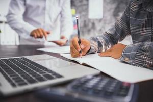 zakenman schrijven en plannen op notebook en zoeken naar informatie op laptop