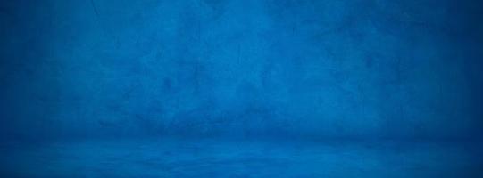 donkerblauwe cement studiomuur, betonnen vloer achtergrond om product weer te geven foto