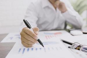 zakenman die financiële documenten controleert