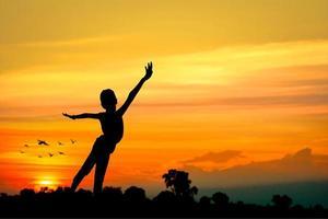silhouet van meisje dansen, vrijheid concept