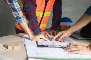 architect werkzaam in kantoor met blauwdrukken, ingenieur denken en planning foto