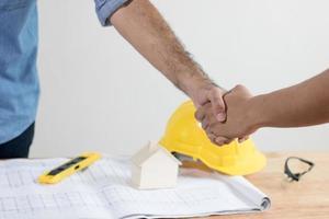 handbeweging van aannemer en investeerder of ingenieur, succesvolle onderhandeling foto