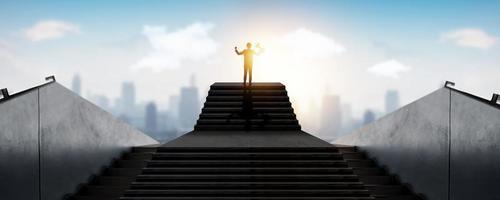 succesvolle zakenman die zich bovenop treden over stad, succesconcept bevindt foto