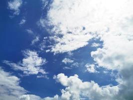 blauwe lucht en de heldere witte achtergrond van de wolkaard foto