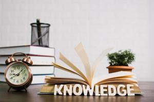 open boek op bureau, kennis en onderwijsconcept foto