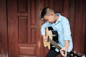 jongen die een gitaar speelt foto