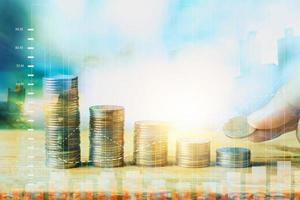 financiën met geld gestapeld van munt en grafiek, dubbele belichting met stad foto
