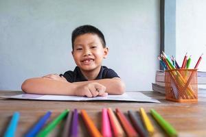 jongen huiswerk foto