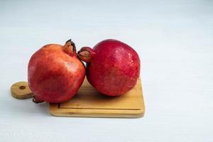 granaatappel fruit op een snijplank foto