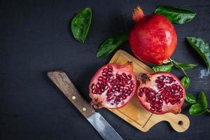 gesneden granaatappelfruit foto