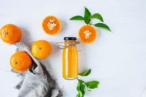 bovenaanzicht van citrusvruchten en sap