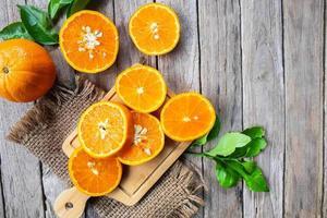 stukjes sinaasappel op hout foto