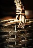 detail van een rieten mandhandvat foto