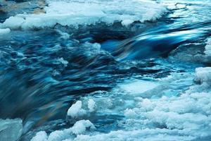 detail van een bevroren rivier in de winter foto