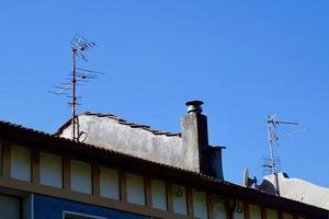 tv-antenne op een dak van een huis foto