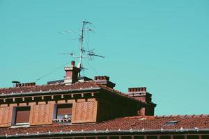 antenne-tv op het dak van het huis foto
