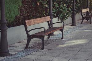 houten bankje op straat in een stad foto