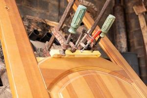 klemmen op een houten deur, restauratie van houten meubelen foto