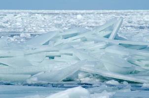 grote stukken drijvend ijs die de kust in worden gedreven om ijsbergen te creëren, de Oostzee in de winter