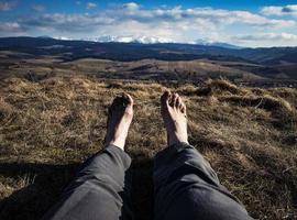 blote voeten met landschap op de achtergrond foto