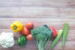 selectie van gezonde voeding met verse groenten op tafel foto