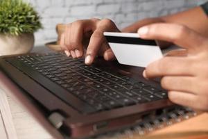persoon die creditcard gebruikt om online te winkelen