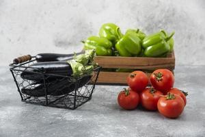 verse rijpe groenten geplaatst op een stenen tafel foto