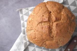 bovenaanzicht van rond gebakken brood foto