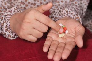 close-up van de hand van de vrouw met pillen foto