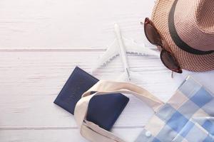 reisaccessoires met hoed, bril en paspoort