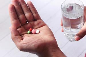 close-up van man hand nemen van medicijnen foto
