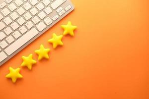 klantrecensie concept met vijf sterren op een oranje achtergrond