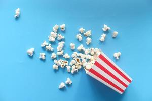 popcorn op blauwe achtergrond foto