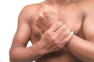 man lijden pijn in de hand close-up