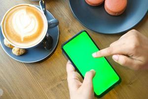 vrouw met behulp van slimme telefoon in een café
