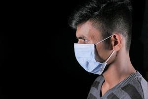 zijprofiel van een man met een masker op zwarte achtergrond