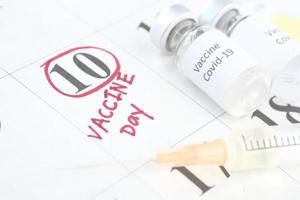 vaccin en spuit op kalender foto