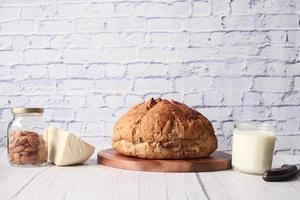bruin brood, kaas en melk op neutrale achtergrond foto
