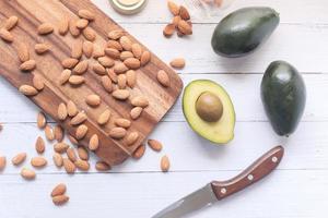 plakje avocado en amandelen op een snijplank