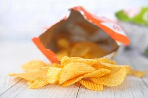 chips in oranje zak foto