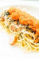 spaghetti met worst, garnalenei, zeewier, droge inktvis bovenop