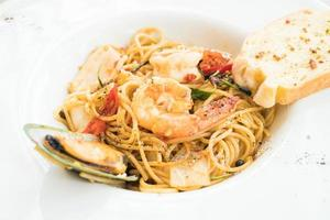 spaghetti zeevruchten in witte plaat