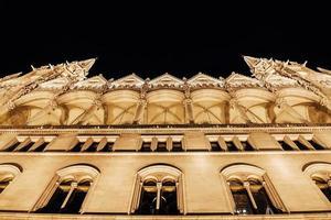 het hongaarse parlement in boedapest aan de donau in de nachtverlichting van de straatlantaarns