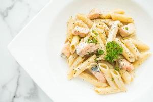 penne carbonara pasta met zalm foto