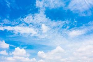 witte wolken op blauwe hemel