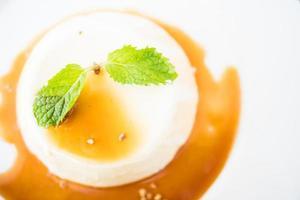 karamelpudding en panna cotta-dessert foto