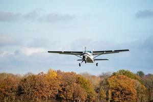 klein vliegtuig opstijgen vanaf de startbaan
